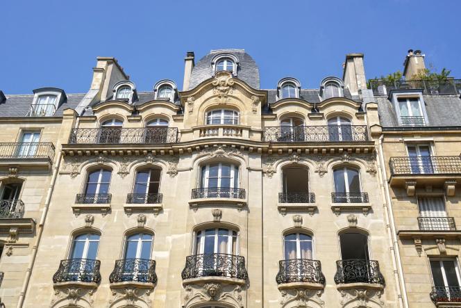 La façade d'un immeuble haussmannien, à Paris, dans le 6e arrondissement.