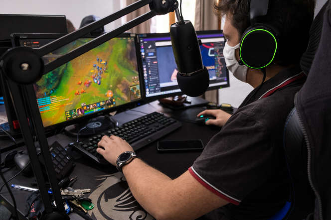 A l'Helios Gaming School, dans les Vosges, le coaching des élèves se passe à distance, par micro, depuis la salle des professeurs.
