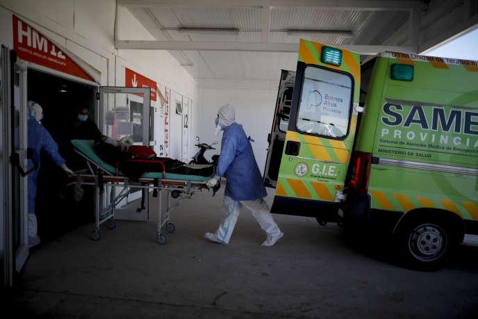 Devant l'hôpital de Mar-del-Plata, en Argentine, samedi 10 octobre.