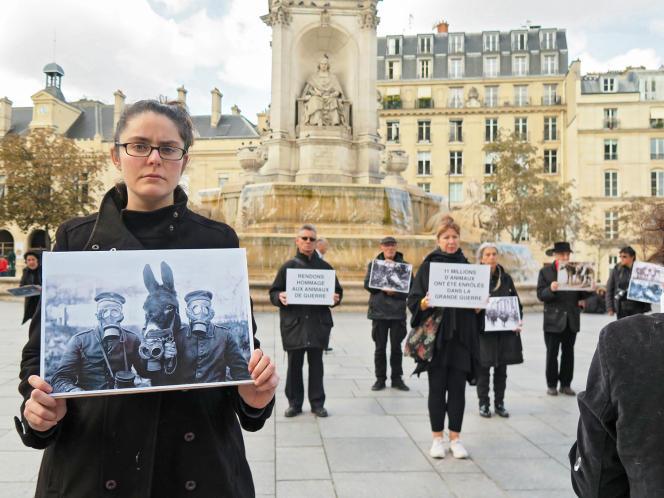 Amandine Sanvisens et Paris Animaux Zoopolis, lors du vœu voté par le Conseil de Paris d'ériger une stèle pour les animaux de guerre, en octobre 2018.