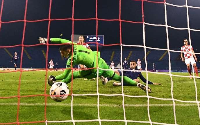 Les Bleus l'emportent de justesse en Croatie, grâce à Kylian Mbappé qui bat le gardien Dominik Livakovic, à Zagreb, mercredi 14 octobre.