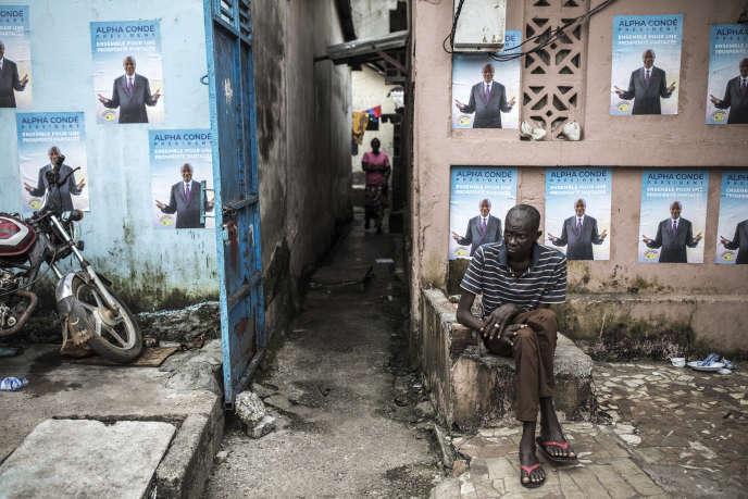 Des affiches de campagne du président sortant, Alpha Condé, à Conakry, le 13octobre 2020.