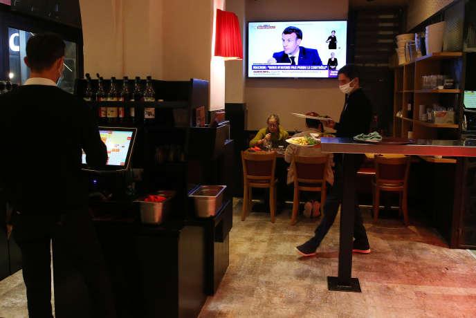 Dans un restaurant de Saint-Jean-de-Luz (Pyrénées-Atlantiques) pendant l'entretien d'Emmanuel Macron sur la situation sanitaire, le 14 octobre.