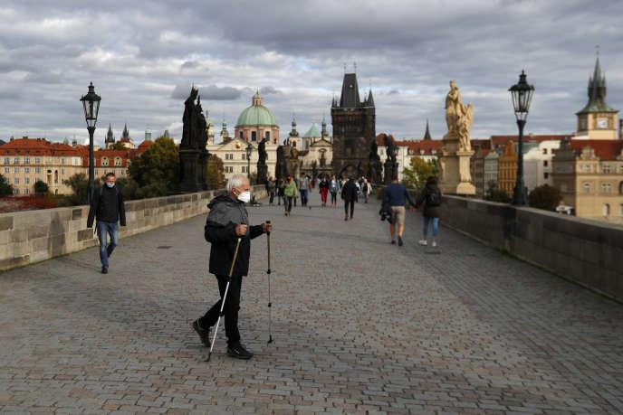 Sur le Pont Charles à Prague, le 7 octobre.