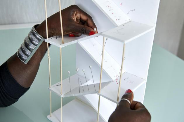 Awa Gueye a fait faire une maquette du lieu où Babacar est mort, sur laquelle elle a reportés les indices relevés durant l'enquête, comme les points d'impact des balles et l'emplacement des douilles.