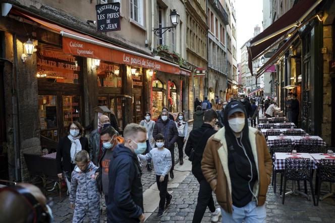 Des passants dans une rue lyonnaise, le 10 octobre.