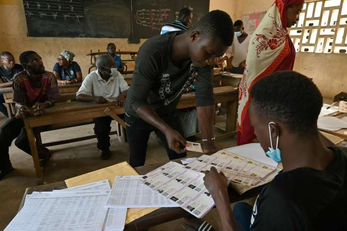 Lors d'une distribution de cartes d'électeur, à Abidjan, le 14 octobre 2020.