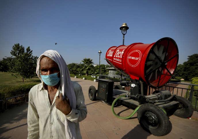 Un «pistolet anti-pollution» à New Dehli, le 5 octobre. Le système projette de l'eau pour faire disparaître les particules fines et les poussières.