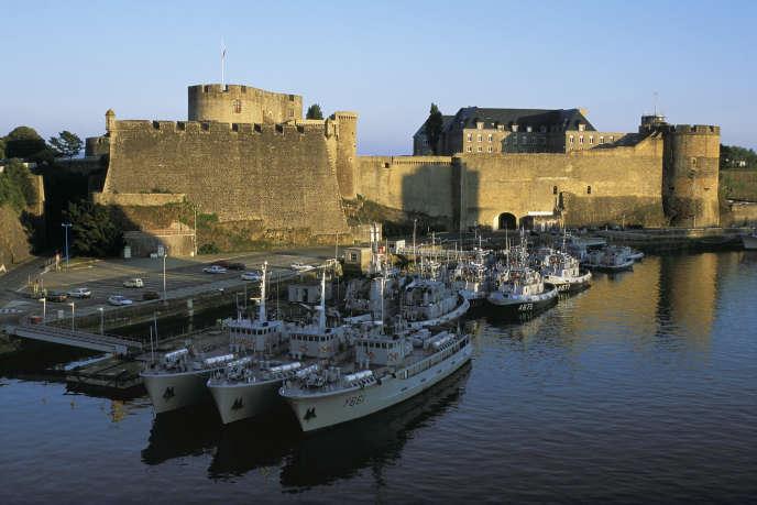 « L'attractivité se lit dans l'évolution des prix. Ils sont encore doux, avec un mètre carré estimé par MeilleursAgents à 1 827 euros en moyenne dans l'ancien pour un appartement, mais ont fortement progressé – la hausse atteint 32,2 % en cinq ans» (Le port militaire de Brest au crépuscule).