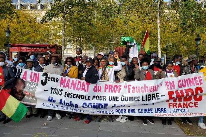 Rassemblement de la diaspora guinéenne place de la République à Paris, samedi 10 octobre 2020, contre le troisième mandat d'Alpha Condé.