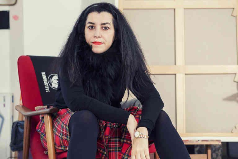 Marjane Satrapi est une artiste franco-iranienne surtout connue comme auteure de bande dessinée et réalisatrice. Photographiée dans son studio à Paris le 27/01/2020