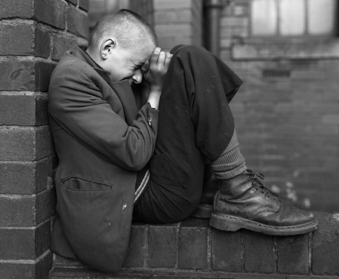 Jeune homme sur un mur, Jarrow, Tyneside, 1976.