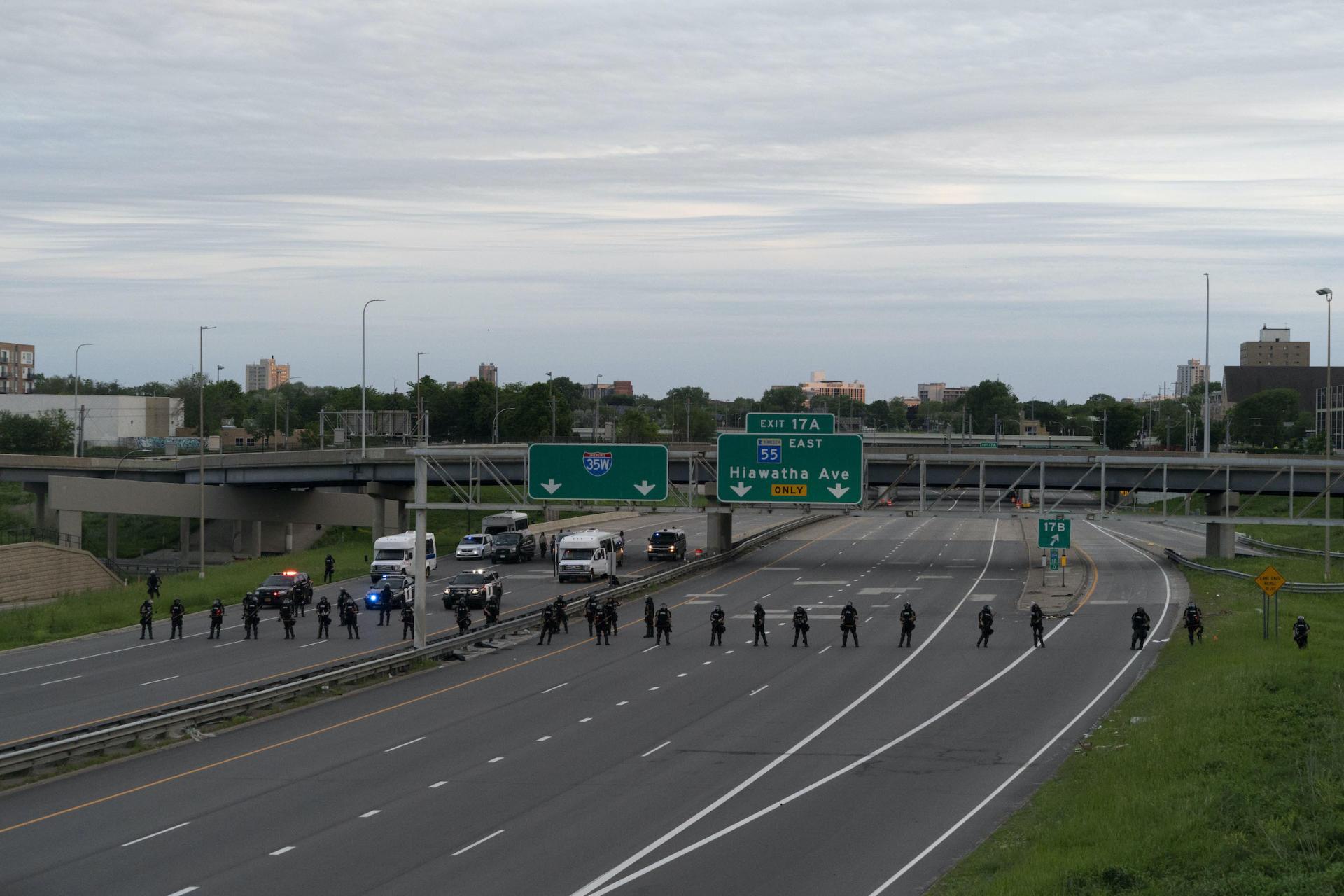 A Minneapolis (Minnesota), le 31 mai. La police et la garde nationale forment un cordon autour d'une manifestation contre le meurtre de George Floyd.