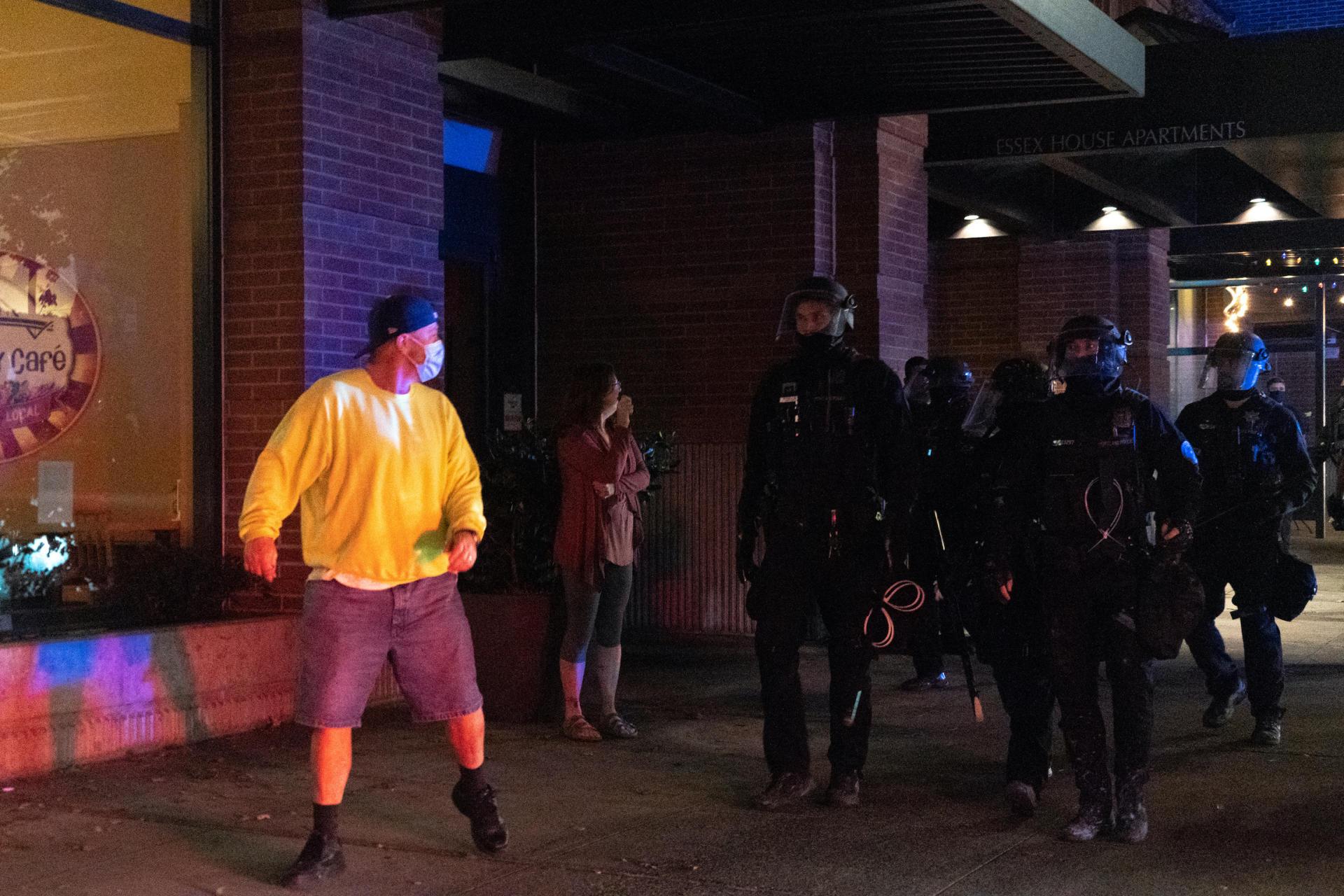 A Portland (Oregon) à la suite de mort de George Floyd, plus de 100 nuits de manifestations se sont succédée. Ces démonstrations non violentes se sont souvent soldées par des arrestations.
