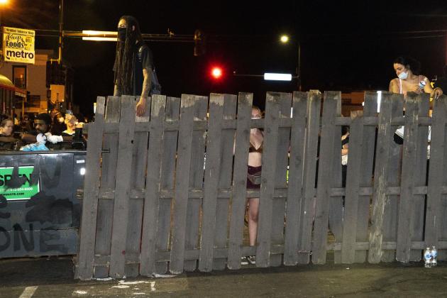 Le 2 juin, à Minneapolis ( Minnesota), des barricades bloquent les routes menant à l'endroit où George Floyd est mort. Le site est depuis un lieu de paix et un sanctuaire.