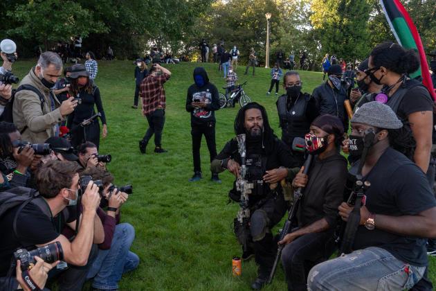 Des membres d'une milice noire posent devant les photographes lors d'une manifestation Black Lives Matter à Portland. En parallèle a lieu le rassemblement des Proud Boys dans un parc voisin, le 26 septembre.