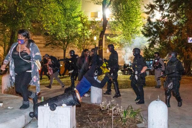 Affrontements entre des membres des Proud Boys, groupuscule d'extrême droite, et la police, le 26 septembre, à Portland (Oregon).