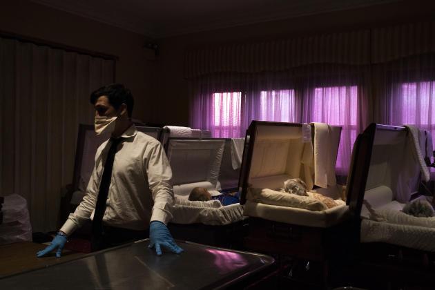 Le directeur de la maison funéraire Leo Kearns, dans une salle de préparation des défunts, le 5 mai dans le Queens, New York.
