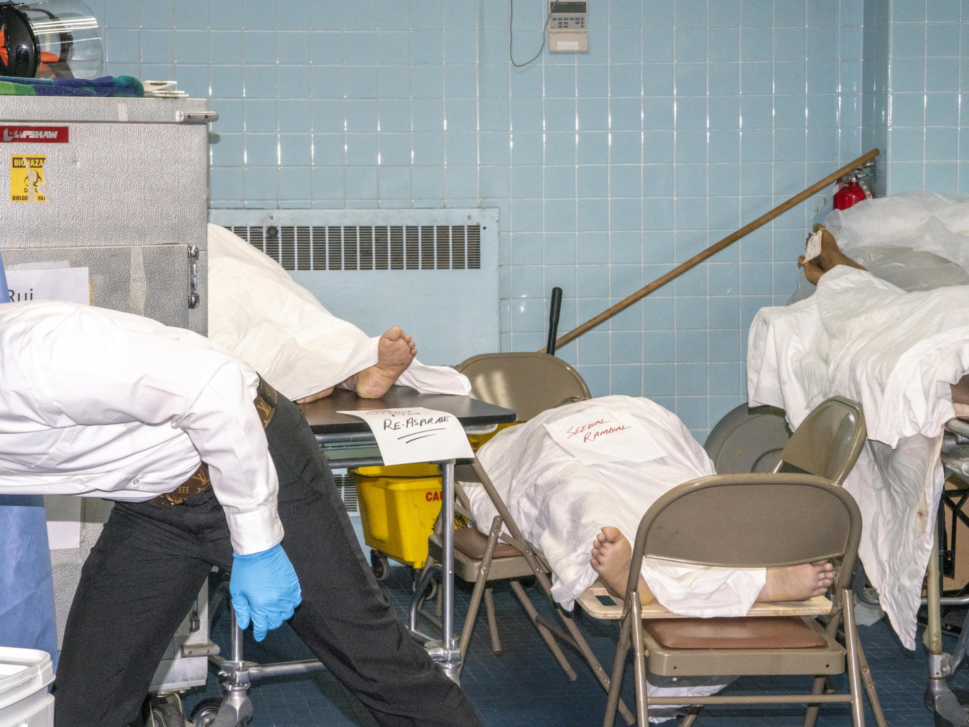 La maison funéraire Leo Kearns, dans le Queens à New York, tente de réguler les demandes desfamilles des victimes du virus. En mai, l'établissement a du acquérir un conteneur réfrigéré pour conserver les corps.