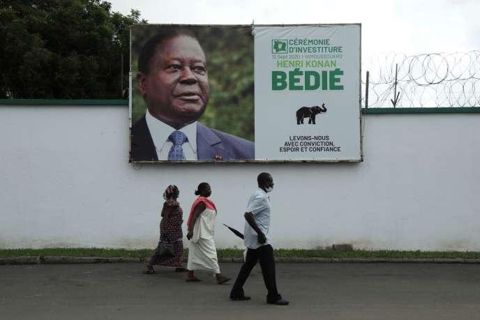 Un panneau d'affichage représentant l'ancien président Henri Konan Bédié, candidat du Parti démocratique de Côte d'Ivoire à l'élection présidentielle du 31 octobre, à Abidjan, le 15 octobre.