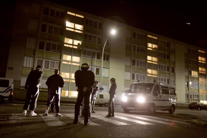 Le 9 novembre 2005, à LaMadeleine, un quartier d'Evreux à 100kilomètresde Paris, des policiers contrôlent l'identité de jeunes, lors de la première nuit de couvre-feu instaurée pour les mineurs.
