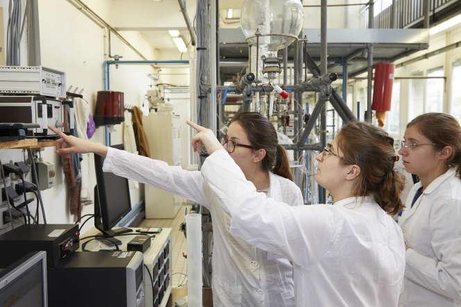 Les filles avaient «de meilleurs dossiers», constate Rose-Noëlle Vannier, directrice de l'Ecole nationale supérieure de chimie, à Lille.