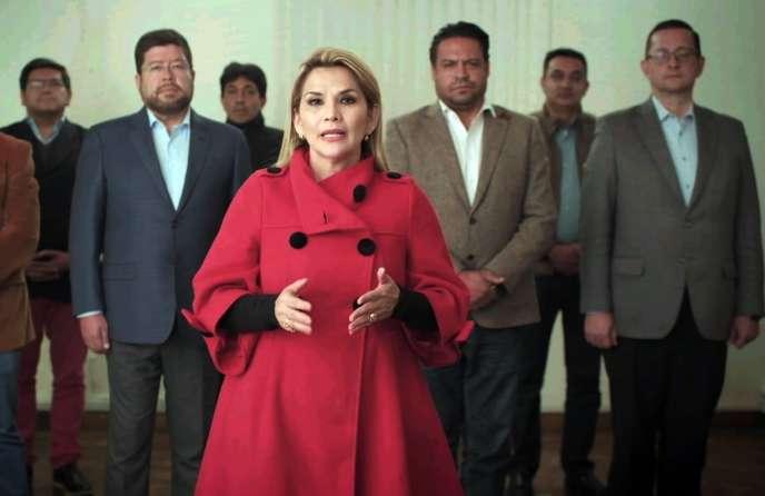 Cette photo publiée par le gouvernement bolivien montre la présidente par intérim de la Bolivie, Jeanine Anez, annonçant son retrait de la course présidentielle un mois avant les élections à La Paz, en Bolivie, le 17 septembre 2020.