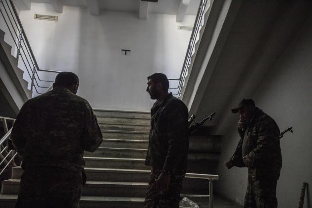 A Martakert, dans le Haut-Karabakh, le 13 octobre. Des soldats dans les sous-sols d'un bâtiment, à l'arrière des lignes que les forces azerbaïdjanaises sont en train de percer.