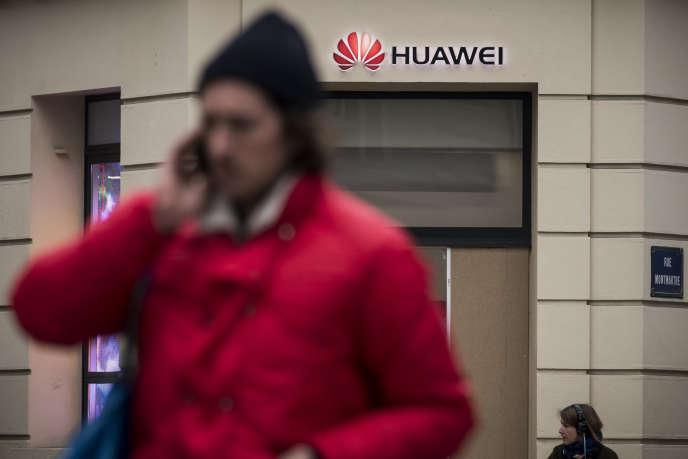 Devant un magasin Huawei, à Paris, en février 2019.