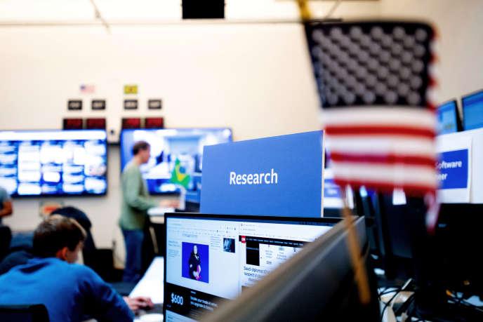 Dans la « war room» de Facebook où travaille l'équipe chargée de lutter contre la manipulation de l'information, à Menlo Park (Californie), en 2018.