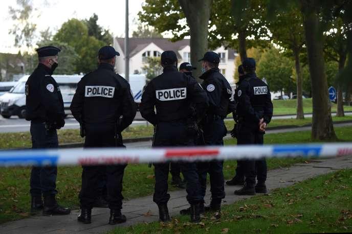 Un cordon de sécurité policier permet d'assurer la reconstitution de l'enlèvement d'Estelle Mouzin en2003, à Guermantes, jeudi 15octobre.