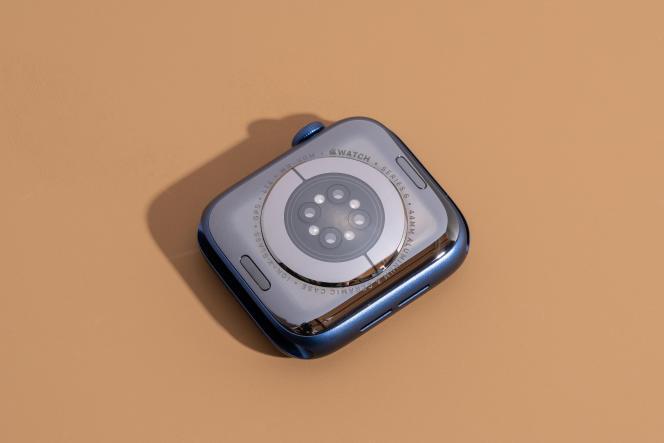 Le dos du boîtier de l'Apple Watch Series 6 arbore des capteurs au design inédit.