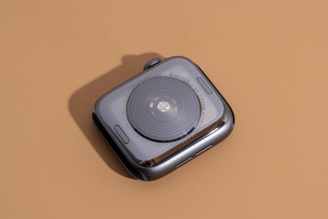 Pour changer de bracelet, il suffit d'appuyer sur les petits boutons ovales sous le boîtier pour le libérer et le faire glisser.