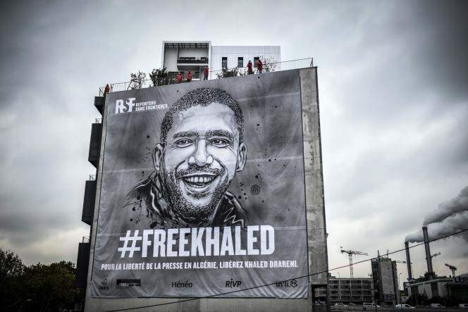 Une bâche représentant le journaliste algérien emprisonné Khaled Drareni, peinte par l'artiste urbain français C215, a été déployée à Paris par Reporters sans frontières, le 15 octobre 2020.