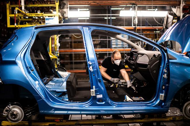 La chaîne de montage qui produit à la fois le véhicule électrique Renault Zoe et le véhicule hybride Nissan Micra, à Flins-sur-Seine (Yvelines), en mai 2020.