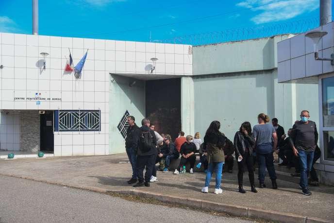 Rassemblement des surveillants pénitentiaires après un nouvel incendie de véhicule à la prison de Borgo (Haute-Corse), le 14 octobre.