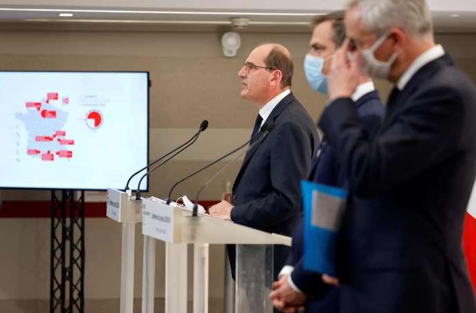 Le premier ministre, Jean Castex, accompagné des ministres de la santé, Olivier Véran, et de l'économie, Bruno Le Maire, jeudi 15 octobre à Paris.