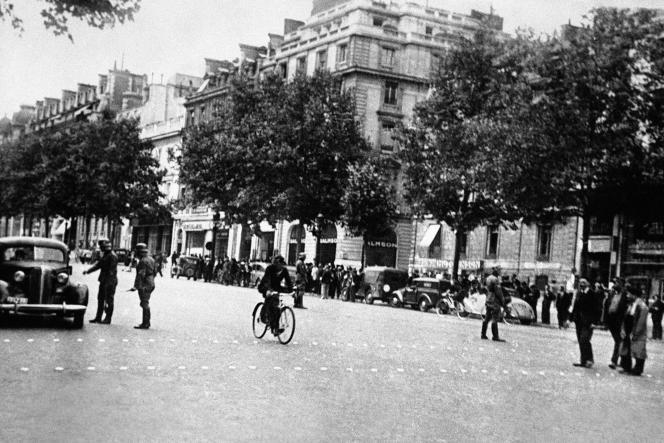Le 13 mai 1942, une voiture est arrêtée par la police militaire allemande.