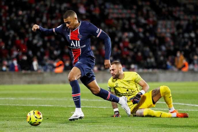 L'attaquant parisien Kylian Mbappé a trompé deux fois le gardien nîmois, Baptiste Reynet, lors de la 7e journée de Ligue 1, vendredi 16 octobre au stade des Costières.