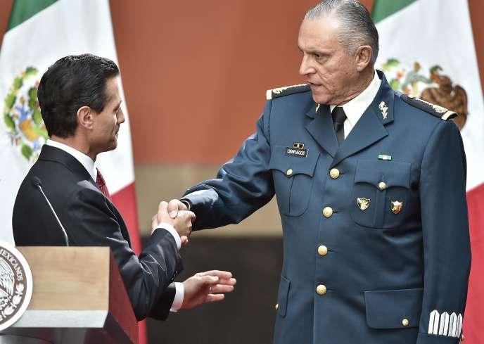 Enrique PeñaNieto, alors président mexicain, en compagnie de Salvador Cienfuegos, en 2016 à Mexico.