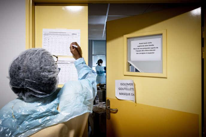 Deux infirmières rendent visite aux patients atteints du Covid-19, à l'hôpitalAndré-Grégoire à Montreuil, le 16 octobre.