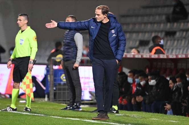 L'entraîneur du PSG, Thomas Tuchel donne ses consignes à ses joueurs, le 16 octobre 2020 à Nîmes.