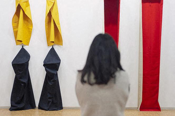 Visiteuse devant «Plastische Rede», œuvre de l'artiste allemand Franz Erhard Walther,au Musée Pompidou, à Paris.