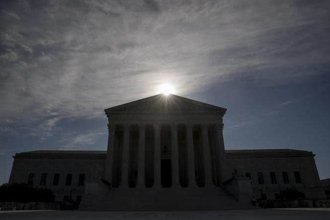 La commission de la justice du Sénat a fixé à jeudi 22 octobre un vote préliminaire sur la nomination de la juge, malgré les objections des élus démocrates.