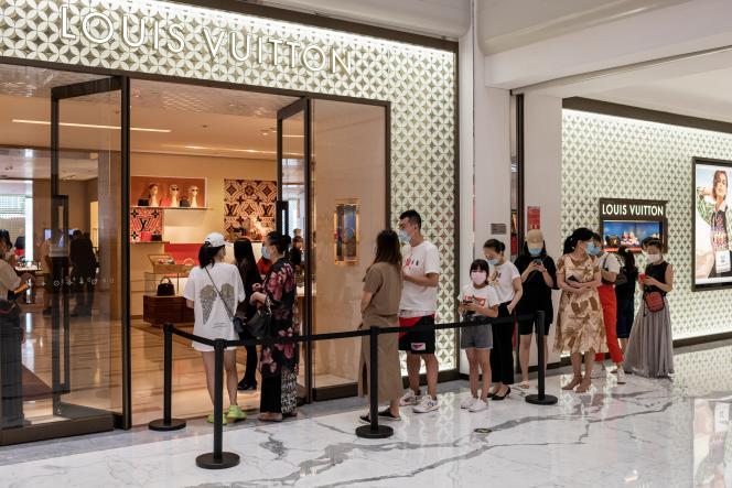 Des clients font la queue devant une boutique Louis Vuitton (LVMH), à Pékin, le 14 août.