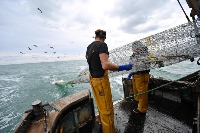 Une équipe de pêcheurs britanniques au large de Newhaven, sur la côte Sud-Est du Royaume-Uni, le 12 octobre.