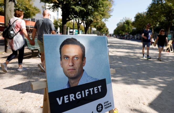 Un poster d'Alexeï Navalny avec l'inscription« empoisonné» devant l'ambassade de Russie à Berlin, le 23 septembre.