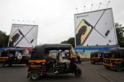 Des panneaux publicitaires géants pour l'iPhone X d'Apple, à Mumbai, le 27 juillet 2018.
