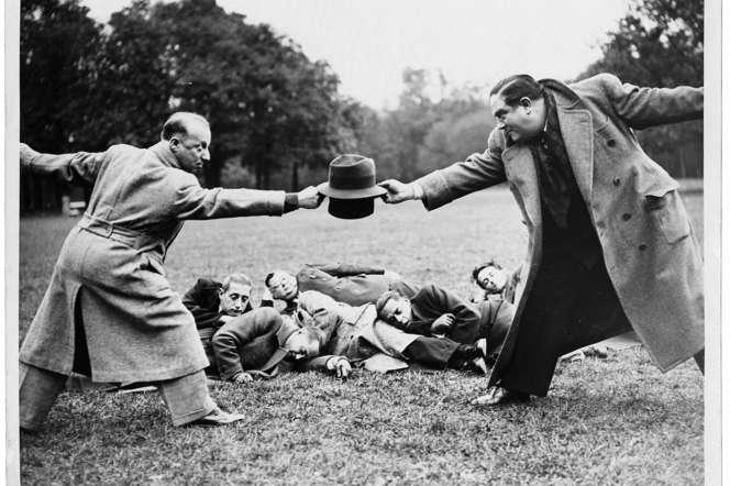 Pierre Dac et le chansonnier André Gabriello simulant un duel, en novembre 1938.