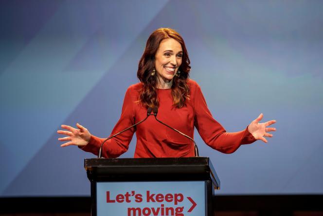 La première ministre néo-zélandaise Jacinda Ardern célèbre sa victoire, lors de la soirée électorale du parti travailliste, à Auckland, le 17 octobre.